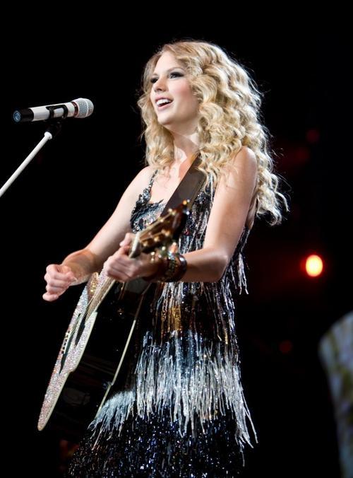 Taylor-Swift-Photoshoot-101-Fearless-Tour-2009-anichu90-17989280-1892-2560