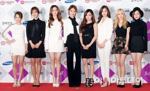 Một trong những nhóm nhạc hàng đầu được người hâm mộ mong chờ là SNSD. 8 cô gái Lion Heart diện trang phục với 2 màu chủ yếu là trắng - đen.