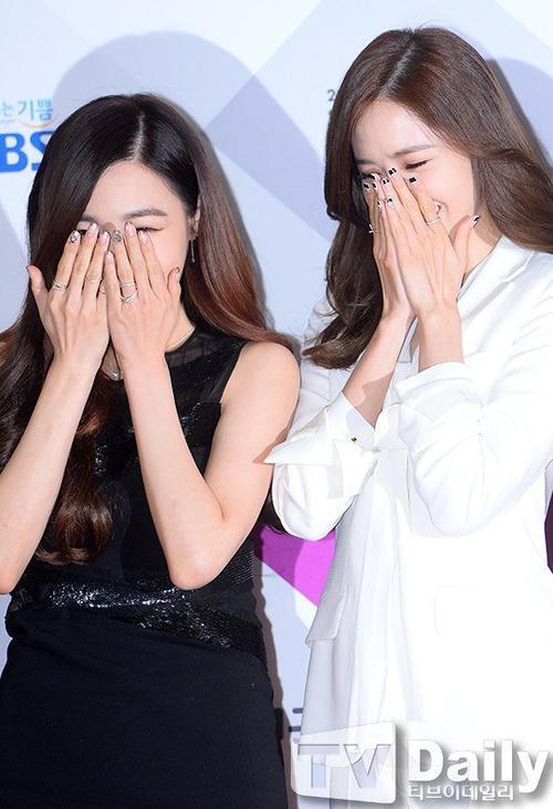 Yoona và Tiffany ôm mặt cười vui vẻ. Bộ suit trắng của Yoona có phần kín mít, không gây nhiều ấn tượng.