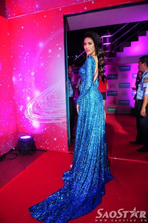Lan Khuê xuất hiện rạng rỡ trên thảm đỏ với đầm dạ hội ánh kim rực rỡ. Vẻ đẹp của Top 11 Miss World khiến người xem không thể rời mắt.