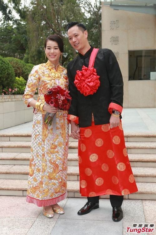 Cô dâu và chú rể xuất hiện hạnh phúc bên nhau trong trang phục truyền thống.