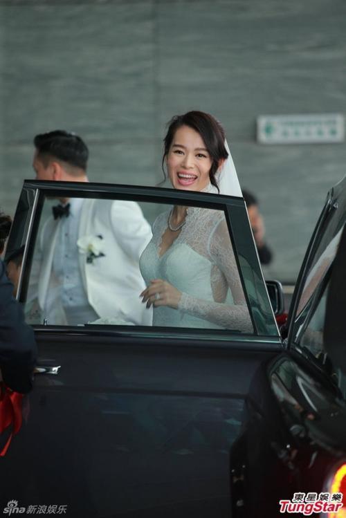 Cô dâu và chú rể sau hôn lễ đã tiến về khách sạn, nơi tổ chức tiệc cho bạn bè.