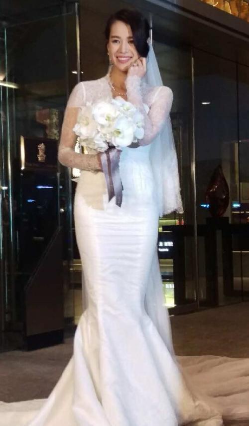Chiều 28/12, Hồ Hạnh Nhi e lệ trong bộ váy trắng tinh khôi trước giờ tổ chức hôn lễ.