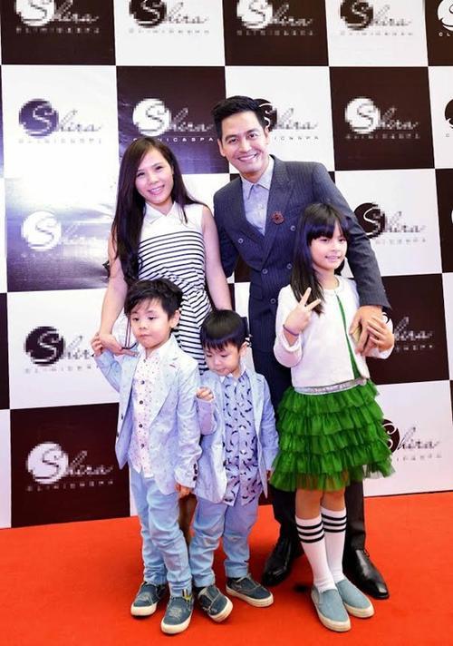 Vợ chồng MC Phan Anh và các con trong sự kiện.