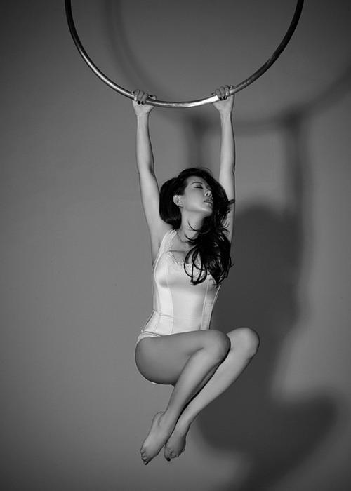 Những động tác khó cũng được cô thực hiện dễ dàng. Tiết lộ sau buổi chụp ảnh, hoa hậu Thu Hoài cho biết, bộ ảnh kỳ công này cũng đã làm cô bị bầm tím phần đùi vì tạo dáng lâu. Tuy nhiên, cô cảm thấy hào hứng và hài lòng về thành quả đạt được.