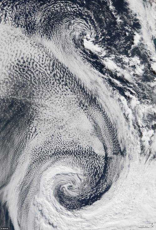 Đám mây xoáy trên vùng biển Đại Tây Dương tạo hình chữ S.