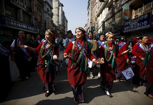Các cô gái dân tộc Gurung rạng rỡ trong trang phục truyền thống, tham gia lễ diễu hành năm mới ở thủ đô Kathmandu, Nepal. Cộng đồng người Gurung ở Nepal thường ăn mừng Tamu Lhosar (năm mới) của mình bằng một bữa tiệc và nhiều hoạt động văn hóa.