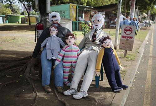Các con rối thủ công trên đường phố Managua, Nicaragua. Người Nicaragua có truyền thống đốt các con rối để tạm biệt năm cũ và chào năm mới.