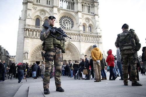 Cảnh sát có vũ trang tuần tra trước nhà thờ Notre Dame ở Paris khi thủ đô Pháp tiếp tục được đặt trong tình trạng báo động về an ninh suốt dịp lễ Giáng sinh và năm mới.