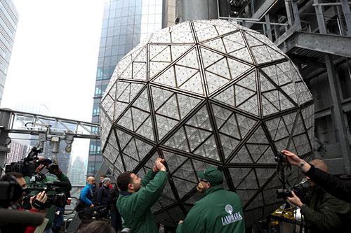 Thợ điện lắp đặt các mảnh pha lê lên quả cầu năm mới ở Quảng trường Thời đại, New York, để chuẩn bị cho khoảnh khắc giao thừa.