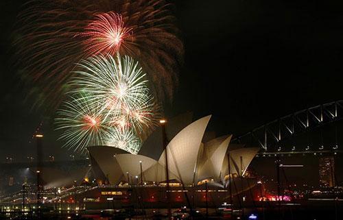 Pháo hoa được bắn thử vào lúc 21h ngày 31/12 tại cầu cảng Sydney, Australia, trước khi diễn ra màn trình diễn ánh sáng chào đón năm mới vào thời khắc giao thừa bước sang năm 2016. Chính quyền thành phố Sydney tuyên bố sẽ đón năm mới hoành tráng nhất trong lịch sử bất chấp lo ngại khủng bố ở nhiều quốc gia trên thế giới. Ảnh: Reuters