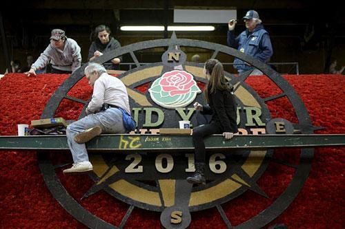 Các tình nguyện viên đang gấp rút trang trí cho đoàn xe tham gia cuộc diễu hành truyền thống ở thành phố Pasadena, California, Mỹ. Cuộc diễu hành Hoa hồng lần thứ 127 sẽ diễn ra hôm nay nhân dịp năm mới.