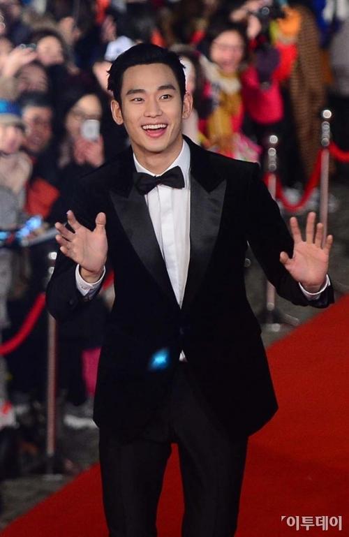 Như mọi khi, Kim Soo Hyun thể hiện sự thân thiện, vẫy chào nhiệt tình với người hâm mộ trước khi lên bục thảm đỏ.