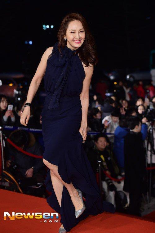 Diễn viên kỳ cựu Chae Shi Ra cũng dẫm phải vạt váy dài.