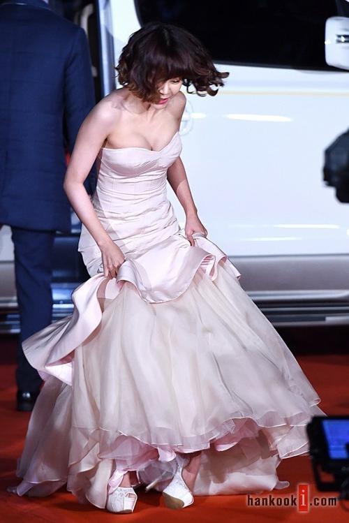 Một diễn viên khác là Choi Yoon Young bị trượt chân vì giày cao gót lênh khênh. Người đẹp o ép vòng 1 trong bộ váy cúp ngực, phần đuôi khá rườm rà khiến cô khó di chuyển.