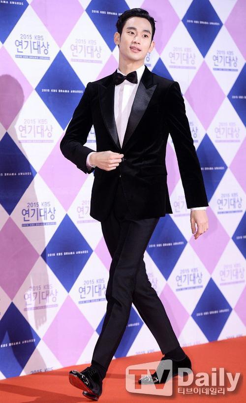Đến hẹn lại lên, 2 đài truyền hình lớn của Hàn Quốc là SBS và KBS tổ chức lễ trao giải phim truyền hình Drama Awards 2015 vào tối 31/12. 2 sự kiện quy tụ hàng loạt những diễn viên xuất hiện trong các bộ phim lên sóng nhà đài năm qua. Mỹ nam Kim Soo Hyun của bộ phim The Producers là một trong những ngôi sao được khán giả chờ đợi trong đêm trao giải của đài KBS.