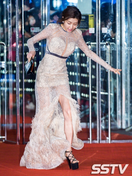 Nữ diễn viên chới với, cố gắng giữ thăng bằng để không ngã.