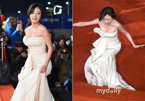 Trong lúc ra mắt báo giới và khán giả trên thảm đỏ, không ít nữ diễn viên gặp tai nạn với trang phục. Trong sự kiện của KBS có nữ diễn viên Song Ha-yoon vấp ngã trên bậc thang.