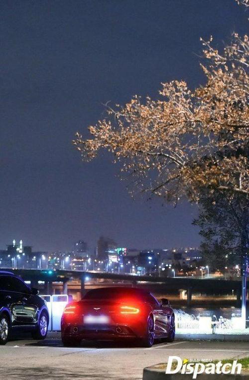 Phóng viên bắt gặp họ hẹn hò trên ô tô bên bờ sông Hàn