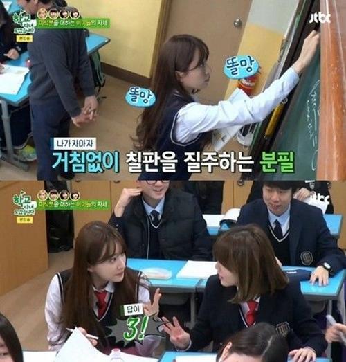 Trong show Off to School lên sóng ngày 17/3. Hani cho thấy kỹ năng tiếng Anh, tiếng Trung lưu loát cùng khả năng giải toán nhanh nhạy
