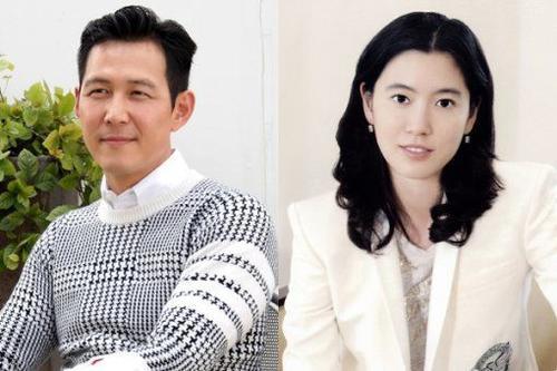 """Đầu năm 2015, Dispatch công khai """"cặp đôi năm mới"""" là tài tử Lee Jung Jae - Lim Se Ryung, người thừa kế của tập đoàn Daesang Group. Lee Jung Jae là diễn viên hạng A của Hàn Quốc, tên tuổi anh được biết đến từ thập niên 90 cho tới nay với nhiều bộ phim ăn khách. Còn Lim Se Ryung khá nổi trội trong giới kinh doanh, cô kết hôn và có 2 con, sau đó ly dị vào năm 2009. Lee Jung Jae và bạn gái cũng có xuất phát điểm là bạn bè đã lâu trước khi tiến đến hẹn hò."""