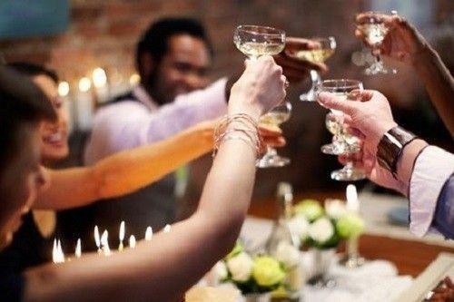 Uống nhiều rượu bia là thói quen xấu gây hại cho sức khỏe vào ngày Tết. Ảnh: Fitnessmag.