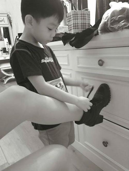 Subeo tự tay giúp Hồ Ngọc Hà buộc lại dây giày.