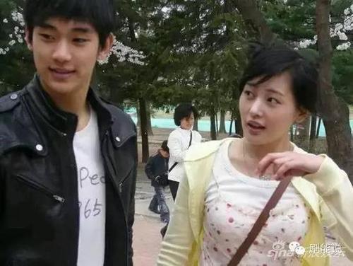 Cô từng là bạn diễn chung với Kim Soo Hyun.