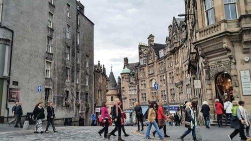 Những con đường ở Edinburgh nương theo những con đường cổ từ nghìn năm mà người dân đã đi thành nếp.