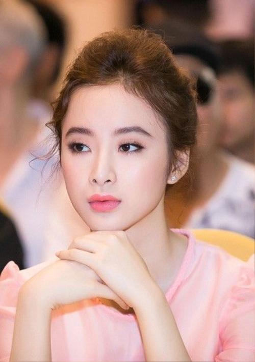 Angela Phương Trinh là người đẹp chỉn chu khi xuất hiện tại sự kiện. Cô đầu tư trang điểm, trang phục kỹ lưỡng và ít khi mắc lỗi.