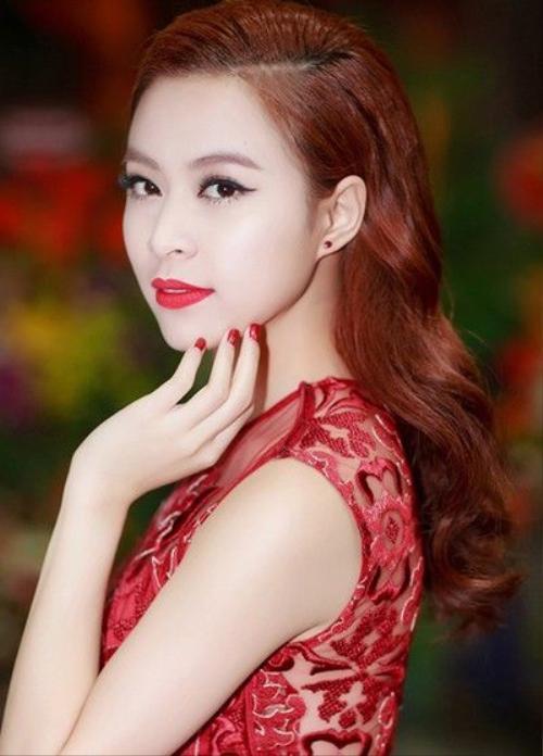 Năm nay, Hoàng Thùy Linh có sự đầu tư hơn cho diện mạo và trang phục. Mỗi lần cô xuất hiện để biểu diễn, gương mặt thường được trang điểm kỹ càng. Nữ ca sĩ ưa thích phong cách cổ điển với màu son đỏ rực.