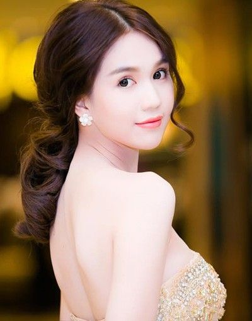 Người đẹp Ngọc Trinh có làn da trắng nên cô thường trang điểm để tôn thế mạnh này. Phong cách yêu thích của chân dài là trang điểm kiểu Hàn Quốc.