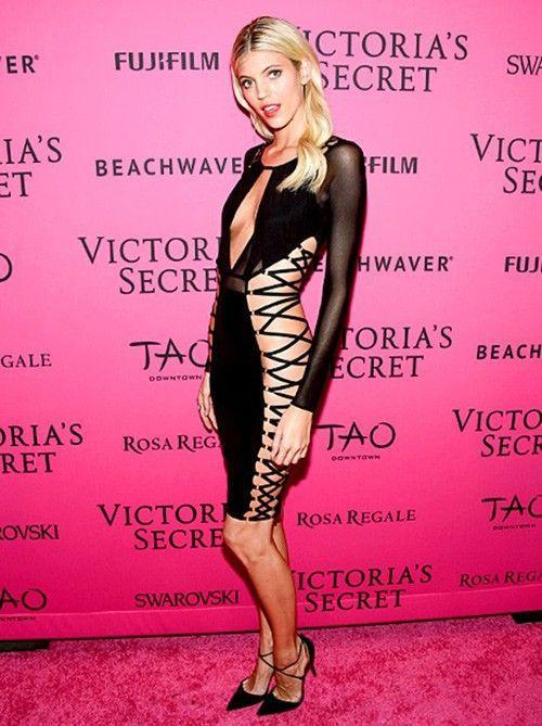 ... và trang phục mà cô làm cho mẫu nội y Devon Windsor trên thảm hồng sự kiện của Victoria's Secret.