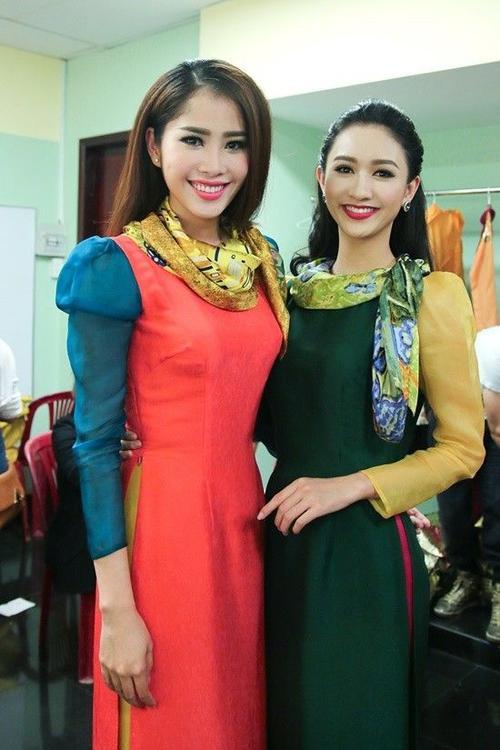 Hoa khôi Nam Em và á hậu Hà Thu khoe nụ cười tỏa nắng. Ngoài đời, hai người đẹp chơi rất thân với Phạm Hương.