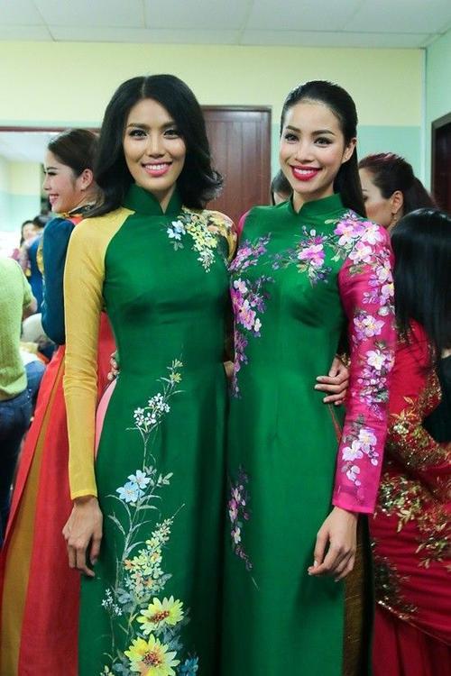 Phạm Hương vui vẻ chụp ảnh cùng Lan Khuê.