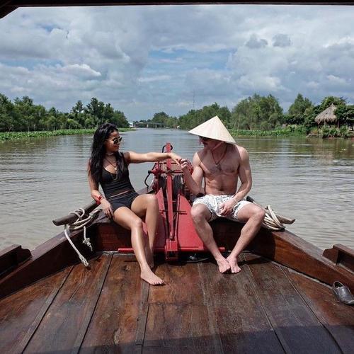 Zac Efron khoe ảnh bên bạn gái. Anh đội nón lá, đi thuyền ngắm vùng sông nước Việt Nam.