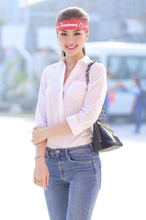 Là gương mặt năng nổ trong các sự kiện xã hội, người đẹp quê Vĩnh Long rất ít khi vắng mặt ở những chương trình thiện nguyện, vì cộng đồng. Cô diện trang phục áo sơ mi trắng kết hợp cùng quần jeans ống loe xanh ăn nhập khi xuất hiện tại buổi hiến máu.