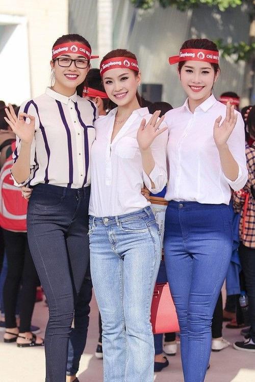 Diễm Trang chụp ảnh lưu niệm cùng á hậu Lệ Hằng và hoa khôi Nam Em.
