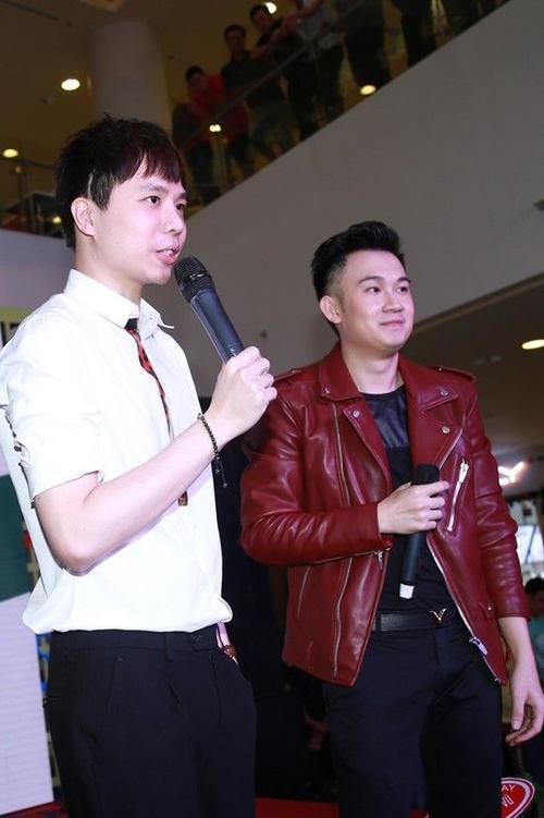 Trịnh Thăng Bình vừa đáp chuyến bay từ Hà Nội về cũng vội vã đến để tặng các fans của Dương Triệu Vũ bài song ca Chơi vơi trong cơn đau - một sáng tác của anh đã giúp Dương Triệu Vũ có rất nhiều thành công trong năm 2014