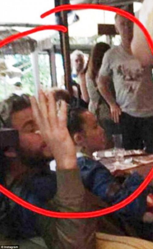 """Tiếp sau đó là bức ảnh Miley dường như đang """"ngồi trong lòng"""" Liam tại một quán cafe, rất thân mật và ấm cúng."""