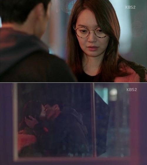 """Ở tập 6, Kim Young Ho (So Ji Sub) và Kim Joo Eun (Shin Min Ah) tránh mưa dưới mái hiên ở một quán café, tại đây họ có nụ hôn đầu tiên. Cô nàng luật sư bắt gặp đang nhìn mình chằm chằm, để chữa ngượng, Joo Eun mắng: """"Đừng nhìn nữa, má lúm này là của tôi"""". Thay vì làm theo lời nói của người đẹp, Young Ho đáp: """"Còn thân thể em là của tôi"""" và tiến tới khóa môi Joo Eun. Nụ hôn này mang lại 409.549 lượt xem."""
