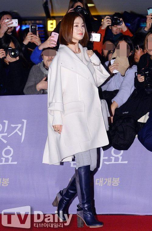 Tối 4/1, Kim Tae Hee làm khách mời VIP dự buổi công chiếu phim Don't Forget Me của tài tử Jung Woo Sung - bạn diễn của cô trong tác phẩm Restless năm 2006.