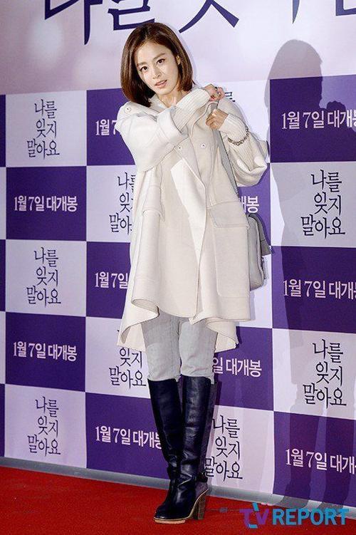 Là tâm điểm của người hâm mộ ngóng chờ, Kim Tae Hee xuất hiện với trang phục không cầu kỳ. Cô diện áo choàng oversized, quần jeans và đi boots cao. Nữ diễn viên được biết đến với gương mặt mỹ nhân hơn là phong cách thời trang.