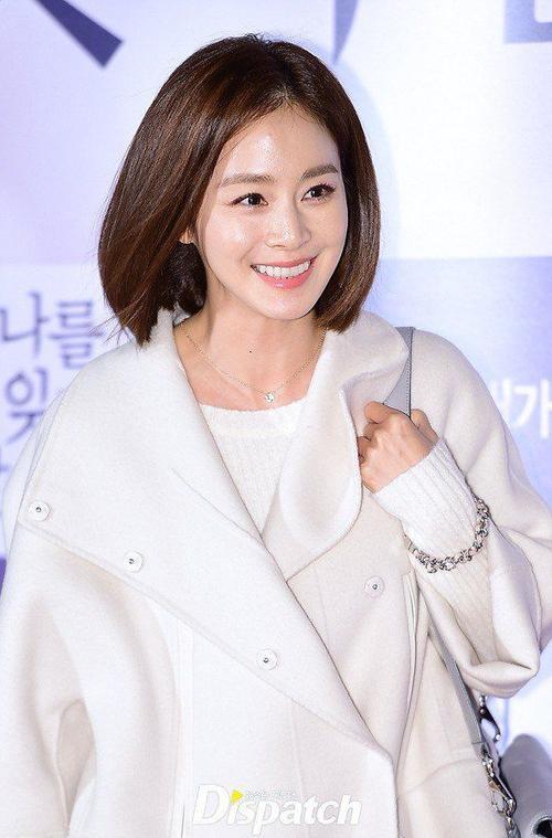 Người đẹp Yong Pal tươi cười trước ống kính. Năm 2015 khá tốt đẹp với Kim Tae Hee khi bộ phim Yong Pal mang về cho cô nhiều giải thưởng. Gần đây nhất là giải Nữ diễn viên xuất sắc nhất của nhà đài SBS Drama Awards 2015.