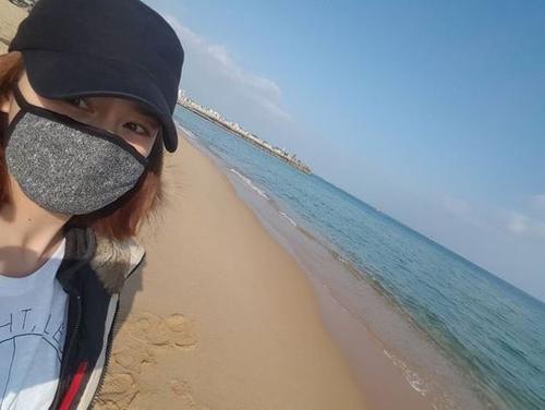 Sau lễ trao giải hôm 31/12/2015, mỹ nhân 35 tuổi lên đường đón năm mới ở bãi biển Sokcho. Tại đây, nữ diễn viên khoe bức ảnh selfie và gửi lời chúc mừng năm mới đến người hâm mộ. Báo giới Hàn tiết lộ, Kim Tae Hee không đi lẻ mà còn có bạn trai Bi (Rain) đồng hành.