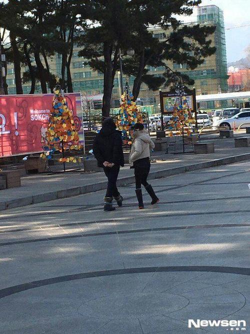 Cặp đôi bị bắt gặp đi dạo trên phố trong trang phục kín mít. Kim Tae Hee và Rain xác nhận hẹn hò cũng vào dịp năm mới 2013. Sau hơn 3 năm tìm hiểu, đôi uyên ương vẫn bận rộn với công việc nên chưa lên kế hoạch kết hôn. Sắp tới, Rain sẽ tham gia dự án phim truyền hình mới.