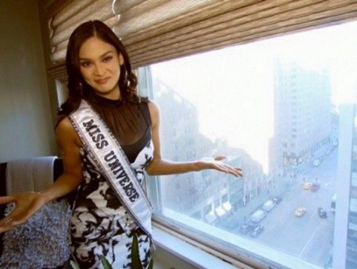 Cô khoe căn hộ mới sau đêm đăng quang Hoa hậu.