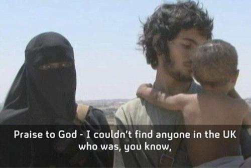 Grace Dare cùng người chồng là một tay súng IS và đứa con chung của hai người.