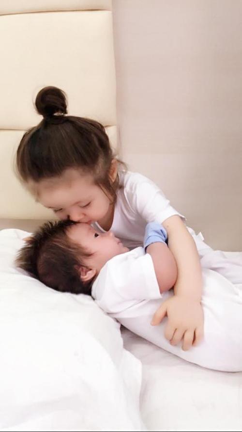 Hình ảnh hai thiên thần nhỏ của hot girl nổi tiếng được chia sẻ chóng mặt trên trang cá nhân.