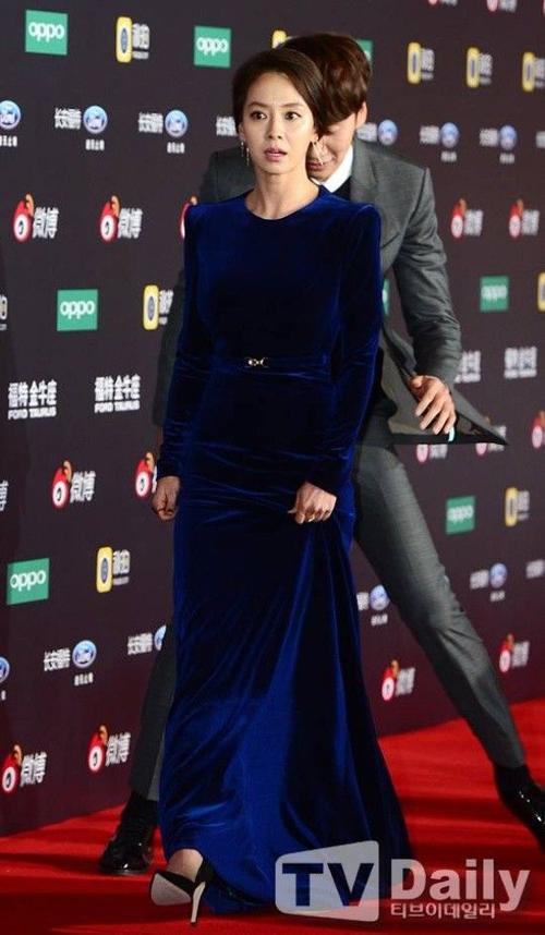 Song Ji Hyo khá cẩn thận khi di chuyển trên thảm đỏ.